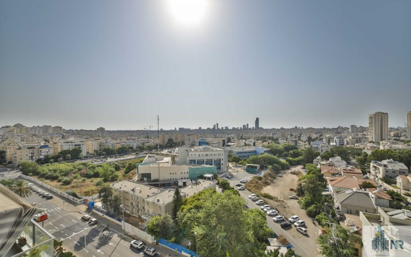 """פנטהאוס מדהים בשדרת המגדלים ברחוב פיכמן בחולון. 170 מ""""ר בנוי 92 מ""""ר מרפסות."""