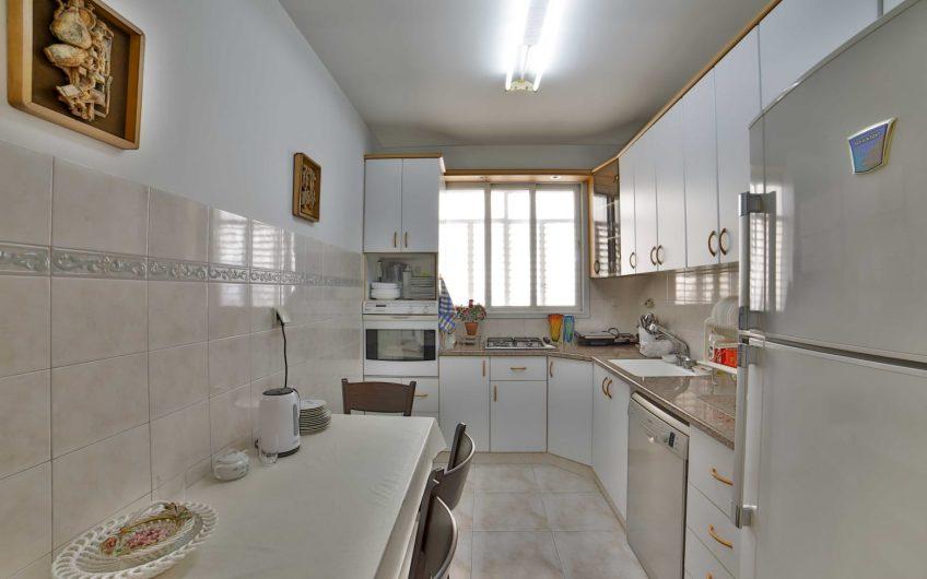 בהזדמנות למכירה !!!! בשכונת אגרובנק חולון  רחוב סוקולוב במיקום המבוקש ביותר  דירה 3 חדרים ענקית 85 מ״ר נטו !!