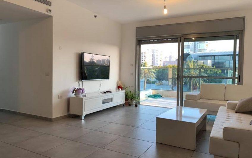 בהזדמנות !!!!!!!! למכירה דירה בשדרת המגדלים  למכירה דירת 5 חדרים  135 מטר ענקית !!!! + מעלית  + חנייה  + מחסן  + ממד  2 שירותים  2 מקלחות  מטבח משודרג