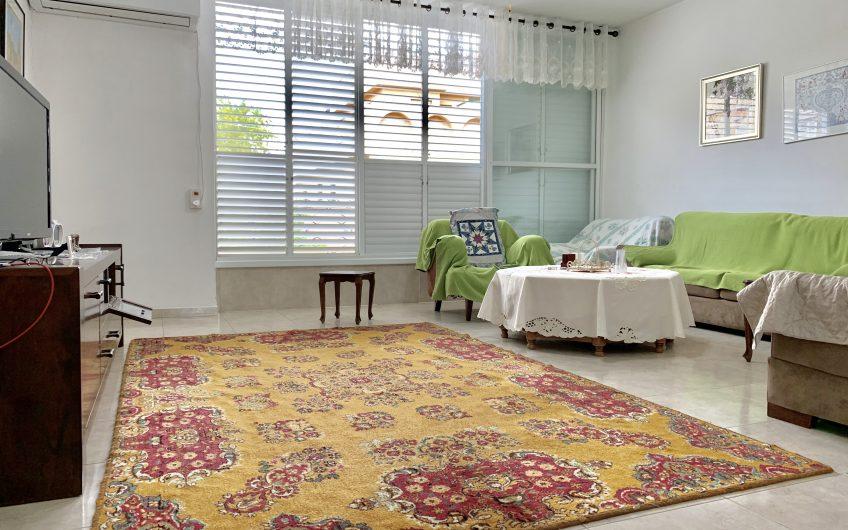 למכירה  בחולון בשכונת תל גיבורים  רחוב שער הגיא המבוקש ביותר בשכונה  דירה 4 חדרים 100 מ״ר גדולה ומרווחת  קומה א׳ + חניה בטאבו  בניין דו קומתי סה״כ 4 דיירים בלבד