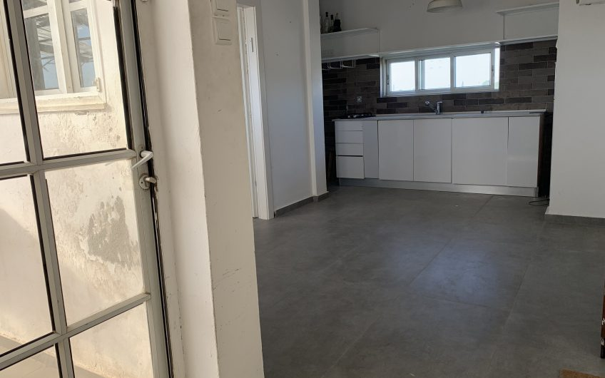 להשכרה  דירת גג רחוב ההסתדרות חולון  2.5 חדרים  משופצת מהיסוד