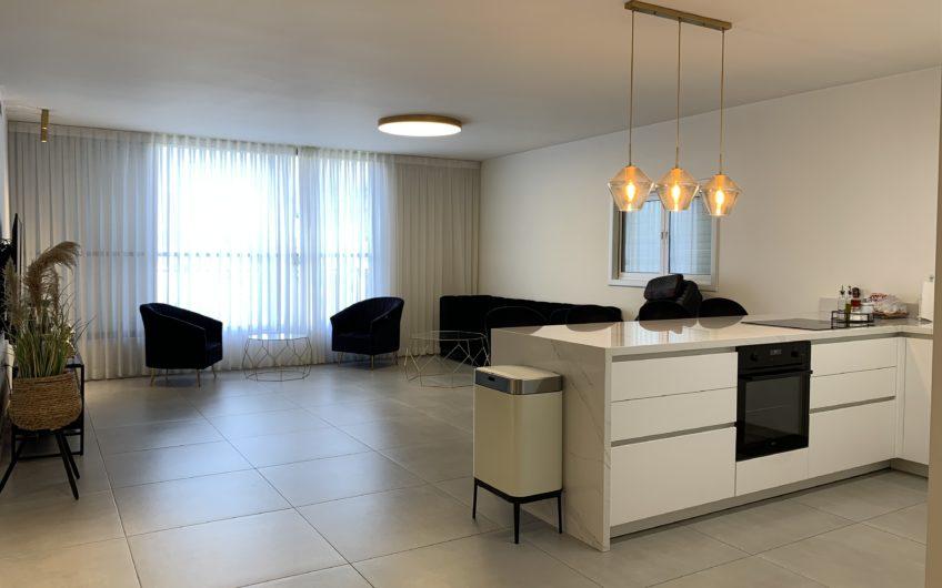 בשכונת רסקו א׳ חולון  רחוב השיטה  דירה 6 חדרים  145 מ״ר בנוי ענקית !!!