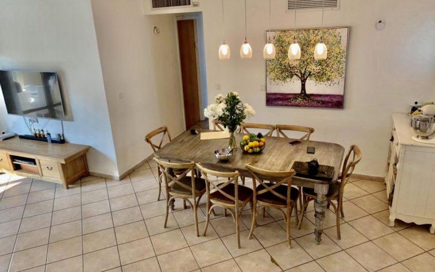 דירת גג מפוארת וייחודית  בשכונת נאות שושנים גבול ח300 בחולון  6 חדרים גדולה בבניין בוטיק מפואר