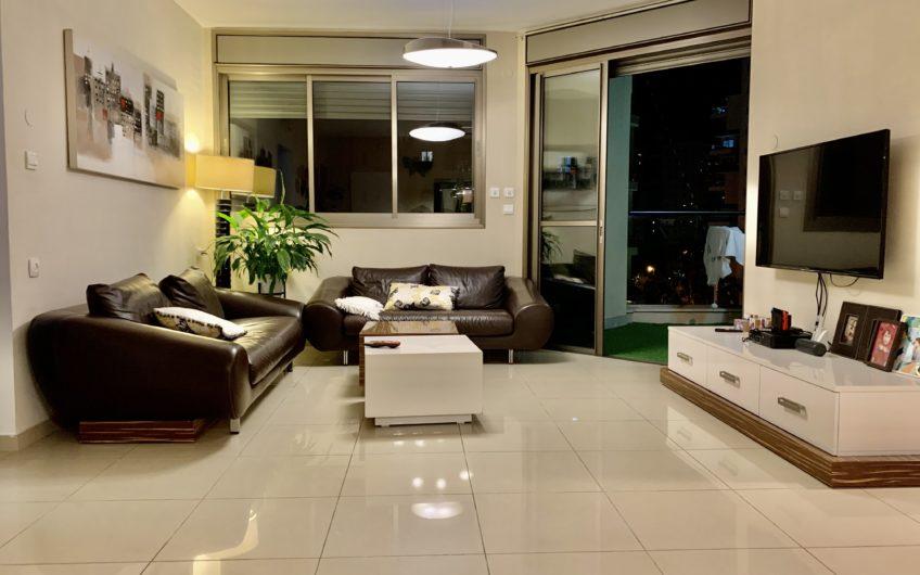בשכונת ח300 גבול נאות שושנים  רחוב יגאל ידין המבוקש והיוקרתי בשכונה  דירה 5 חדרים מרווחת 120 מ״ר