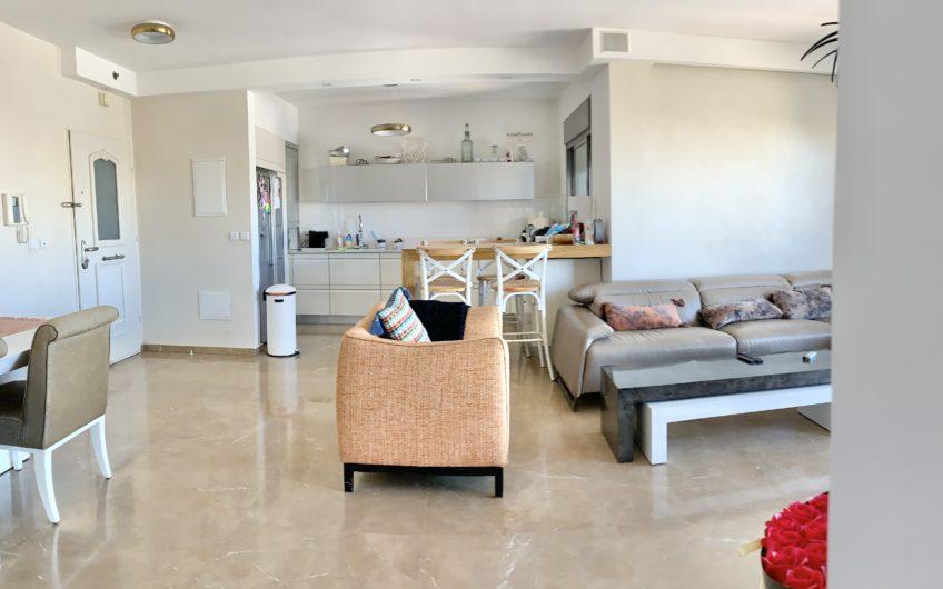 בשכונת ח300  רחוב תמר המבוקש והיוקרתי  דירה 5 חדרים גדולה ומרווחת מאוד