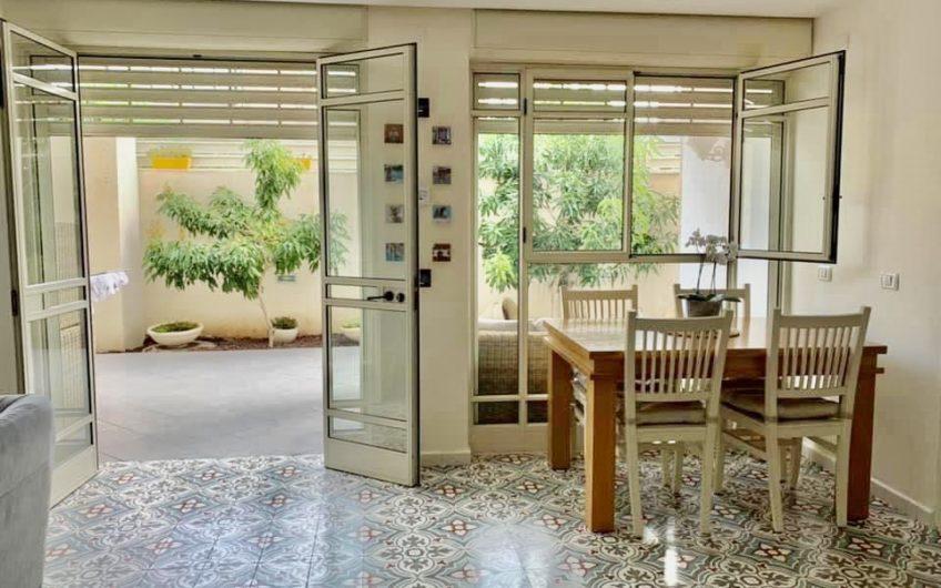 בשכונת רסקו א׳ חולון  רחוב ספיר  דירת גן 2 חדרים חדשה !!!