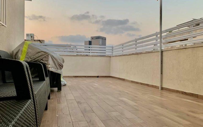 למכירה דירת גג מעוצבת אדריכלית 4 חדרים בשכונת קרית שרת חולון